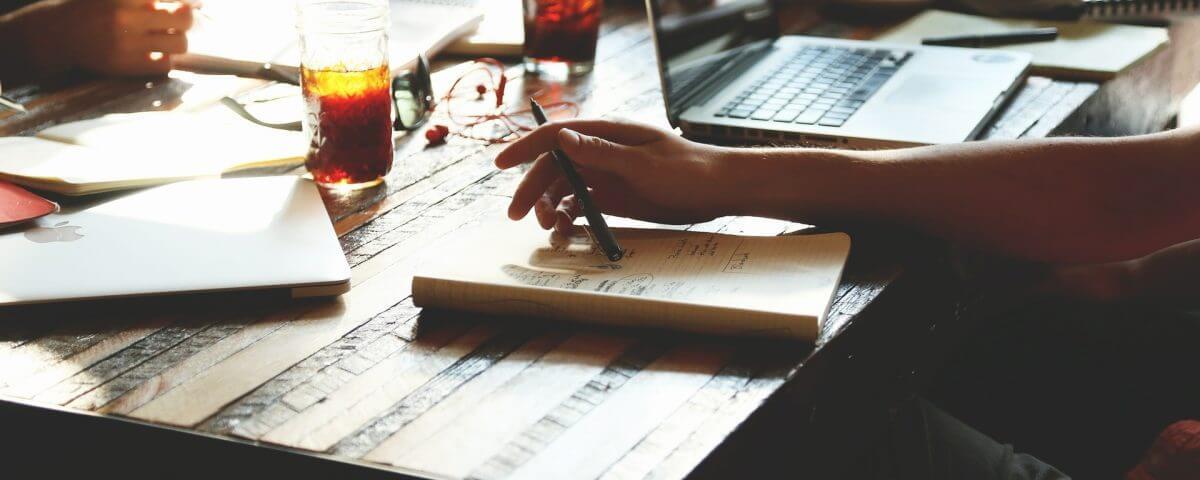 Bild: Schreibtisch mit Skizzenbuch